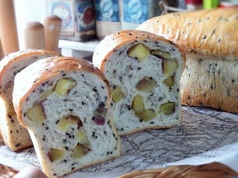黒胡麻とお芋のミニ食パン